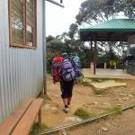 キナバル登山でスーツケースなど大きな荷物はどーするの?