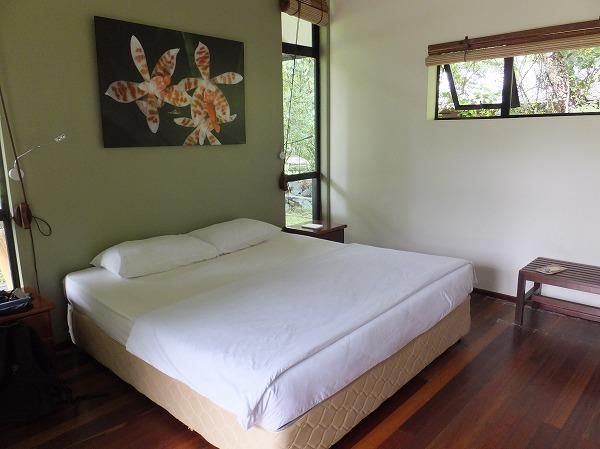 ベッドはダブルで予備もある。