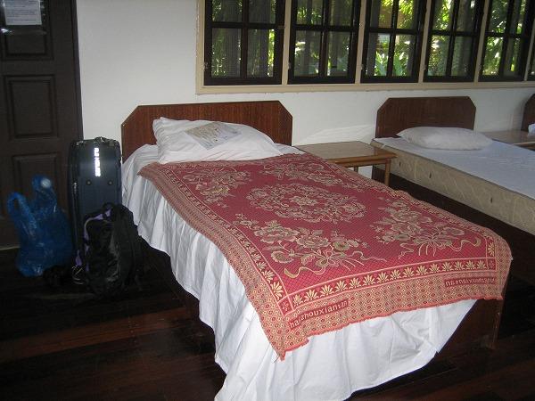 ベッドはシングルで、一人分のスペース
