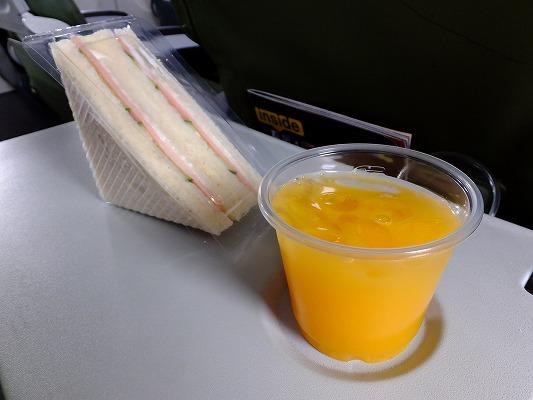 オレだけのために準備されたサンドイッチとオレンジジュース 2017.2.16